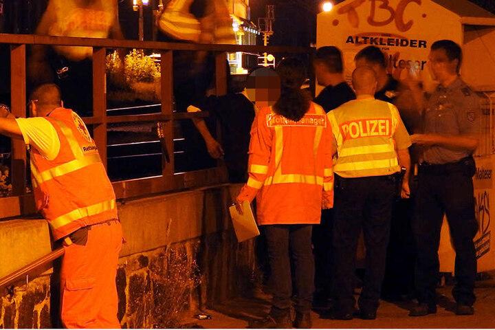 Der junge Mann (schwarzer Pullover) musste am späten Mittwochabend am Bahnhof Borsdorf mit ansehen, wie sein Kumpel (†19) von einem Zug überrollt und getötet wurde.