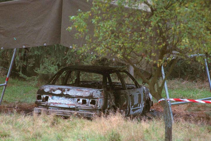Das völlig ausgebrannte Auto der vermissten Polizisten steht auf einem Waldparkplatz in Stukenbrock.
