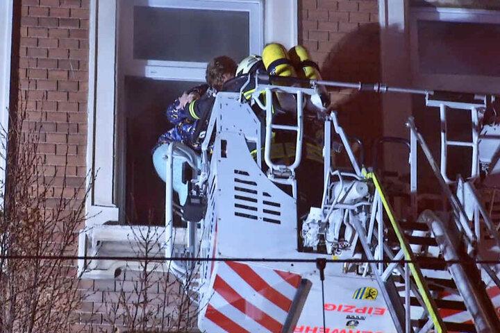 Bewohner der unteren Etagen wurden teilweise über eine Drehleiter gerettet.