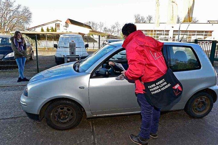 """Die Gewerkschaft verteilte """"Rote Karten für Tarifverweigerer"""" an Mitarbeiter  der Bäckerei Möbius."""