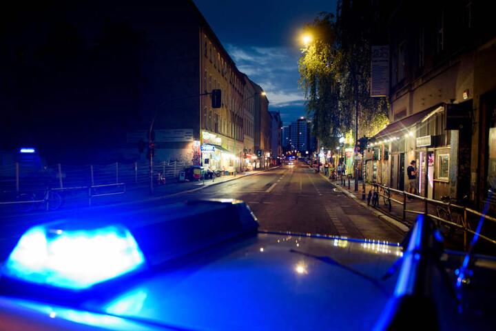 Die Polizei und der Rettungsdienst wurden zum Tatort gerufen. (Symbolbild)