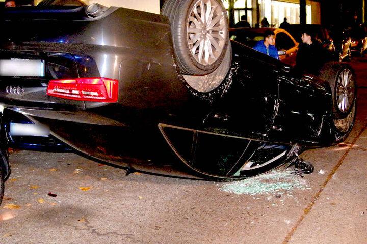 Das Auto musste aufwendig von einem Kran geborgen werden.