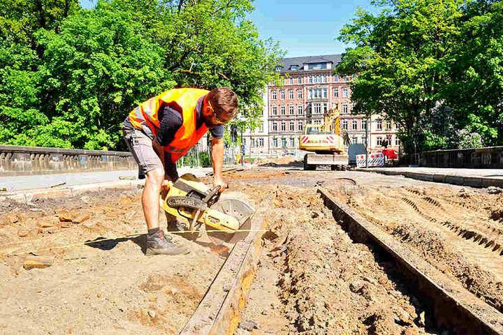 Tom Lemm (50) entfernt alte Gleise an der Kaßbergauffahrt, die bis 2019 gesperrt ist.