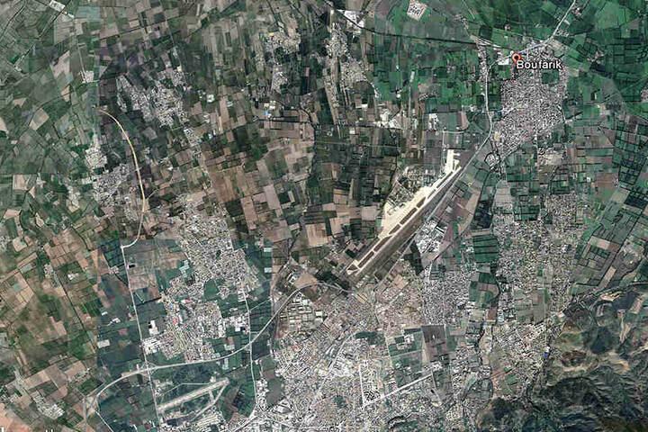 Eine Satelitenaufnahme zeigt die algerische Stadt Boufarik, über der es zum Flugzeug-Unglück kam.