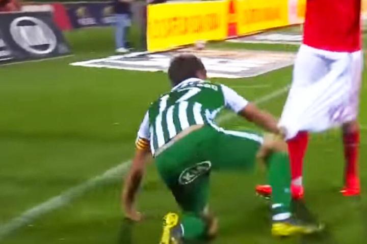 Fabio Coentrao zog seinem Gegenspieler Andreas Samaris die Hose runter.