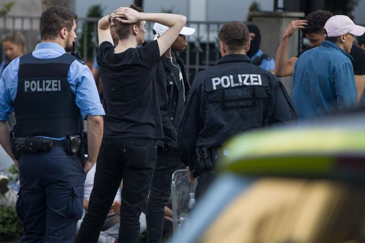 Die Polizei umstellte einige Randalierer.