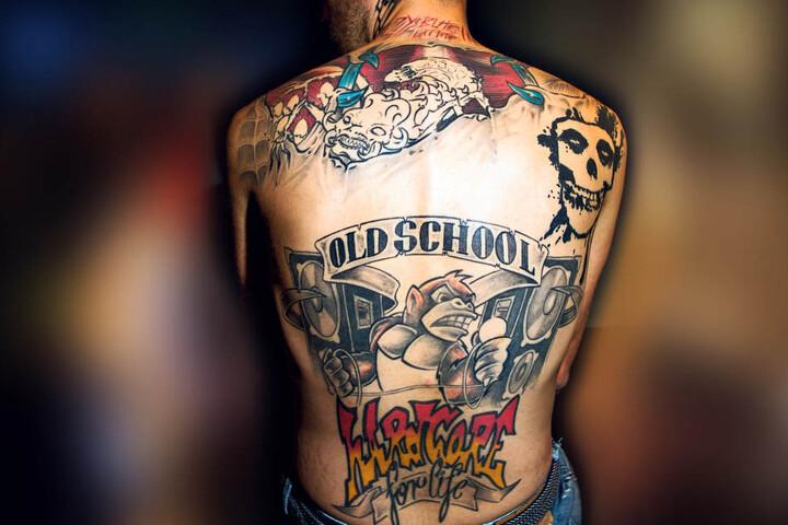 Kann dieser Rücken entzücken? Die Sprache der Tattoos auf dem Kreuz von Mahmud Celik ist  derb, böse und aggressiv (F.r.). Das mag der Mann aus der Messestadt.