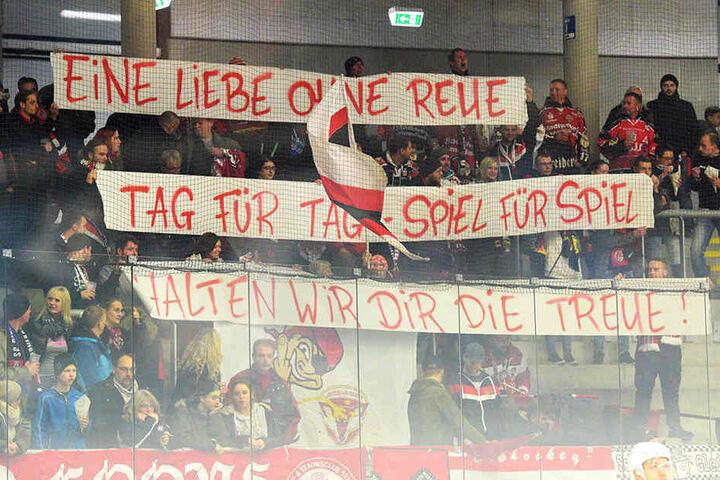 Auf seine Fans können sich die Eispiraten verlassen. Zum Auswärtsspiel reisten sie mit einem Banner an.
