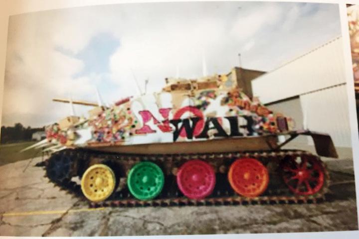 Das aus den Prozess-Akten mit Erlaubnis des Amtsgerichtes Bensheim abfotografierte Bild zeigt einen vom Designer Harald Glööckler für ein Kunstprojekt bunt bemalten Panzer.