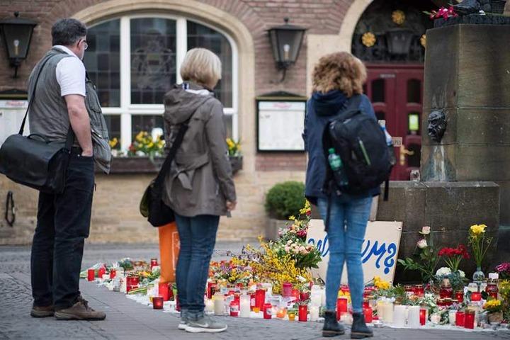 Trauernde stellten Kerzen und Blumen an den Tatort in Münster.