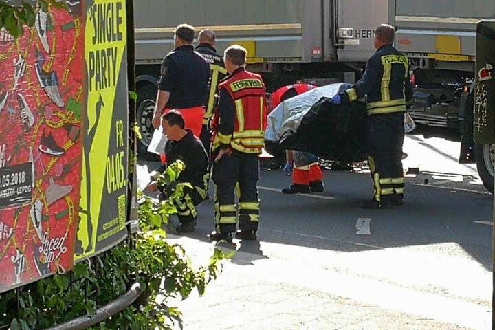 Rettungskräfte kümmerten sich um die Verletzte.
