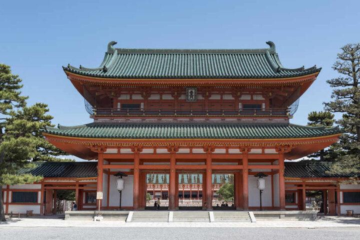 Das Haupttor des Heian Jingu Shinto-Schreins in Kyoto. Vorspringende Dächer sind typische Elemente der Architektur von japanischen Pagoden und Tempeln.