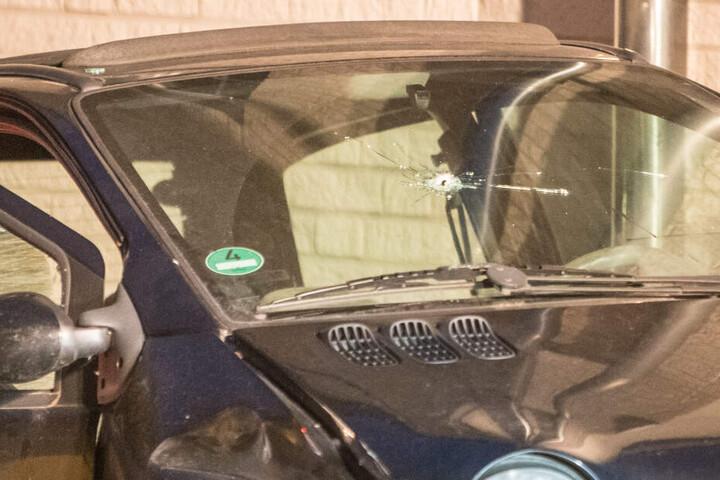 In der Frontscheibe des Autos ist ein Einschussloch klar zu erkennen.