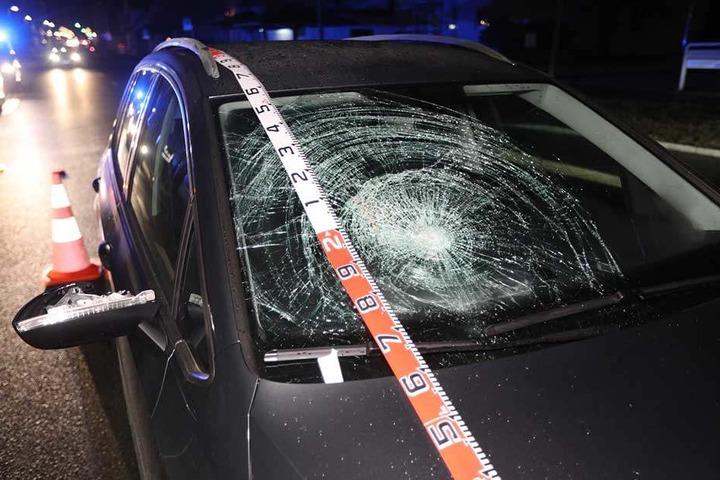 Bei dem Aufprall wurde der Fußgänger schwer verletzt.