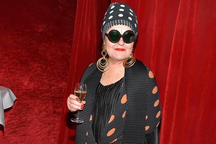 Die Malerin Elvira Bach (66) kleidet sich gern extravagant, liebt großen Schmuck und Sonnenbrillen.
