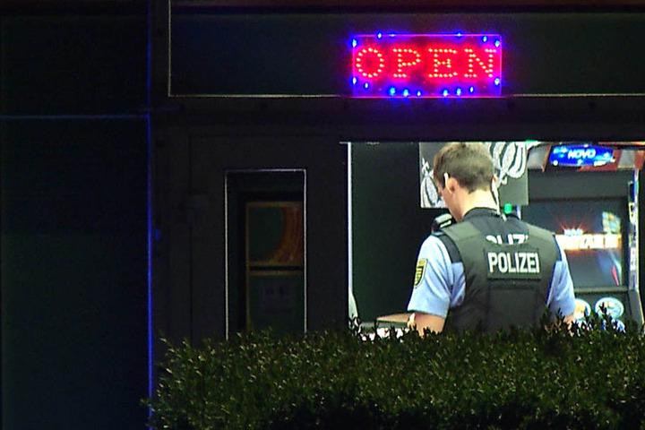 Ein Polizist untersucht den Tatort an der Leipziger Georg-Schumann-Straße.