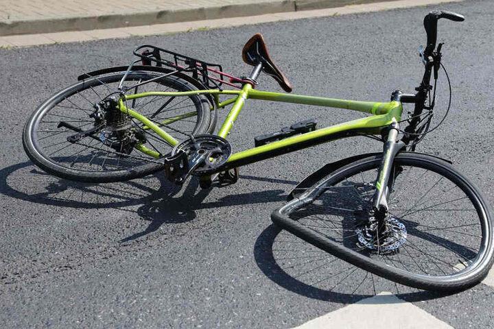 Der vordere Reifen des Fahrrads wurde bei dem Unfall schwer beschädigt.