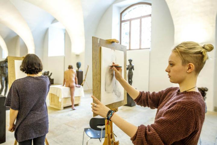 Lilian Megerlin (18,r.) beim Aktzeichnen.