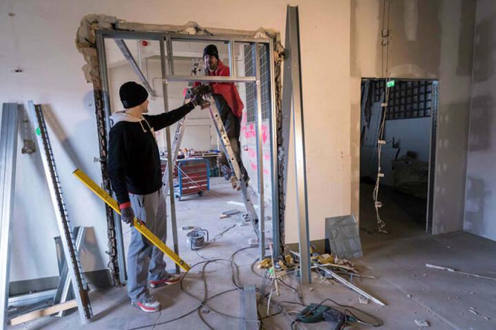 Mitinhaber Rico Neumann (28,l.) und Bauarbeiter Andreas Kempe (34) sind dabei, die restlichen Räume auszubauen.