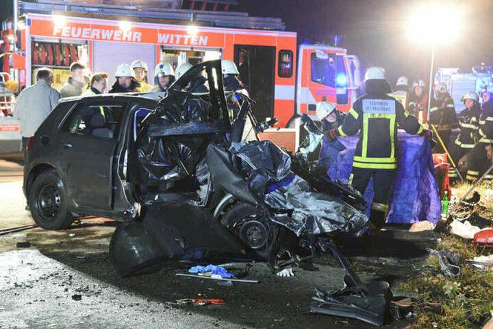 Zwei Autos krachten in der Nacht zum Sonntag an der Anschlussstelle Witten-Heven mit voller Wucht frontal ineinander.