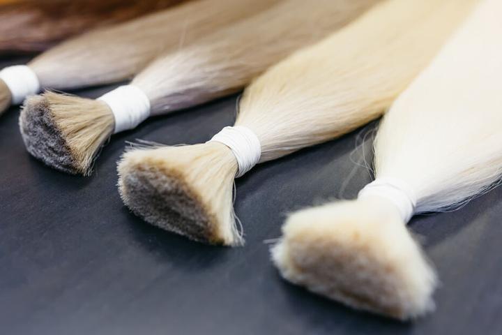 Auch Männer greifen mal zu Haar-Extensions. (Symbolbild)
