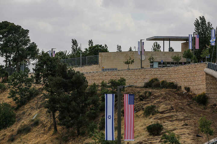 Israelische und US-amerikanische Flaggen säumen den Rand einer Straße, die zur Botschaft der USA in Jerusalem führt.