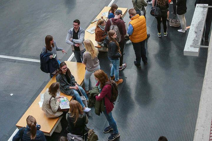 Teilen sich bald diese Studenten ein Klo? Das will zumindest der Asta in der Uni Bielefeld einführen.