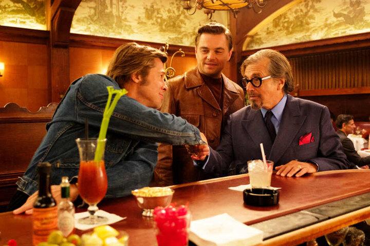 """Leonardo DiCaprio (M.), Brad Pitt (l.) und Al Pacino: Die Liste der Stars in """"Once Upon A Time In Hollywood"""" ist lang, die Qualität hoch."""