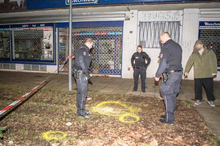 Polizisten sichern Spuren. Am Tatort finden sie Patronenhülsen.