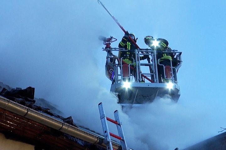Insgesamt 128 Einsatzkräfte der Feuerwehr waren im Einsatz.