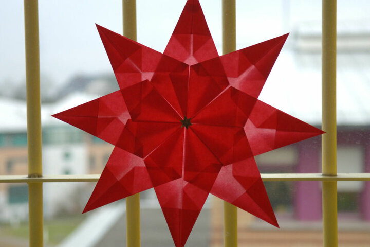 Ein roter Stern hängt an einem Fenster in der Justizvollzugsanstalt (JVA).