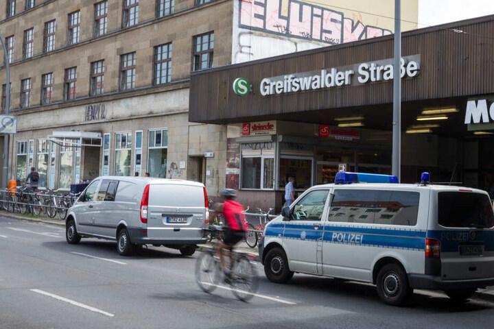An der Station Greifswalder Straße wurde die Frau dann schließlich auch brutal angegriffen. (Symbolbild)