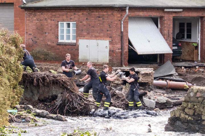 Der Deichbruch hat schwere Schäden in Kirchsteinbek angerichtet.