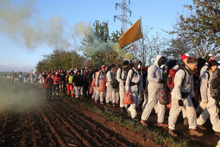 Einige Aktivisten waren vermummt, zündeten Rauch-Fackeln.