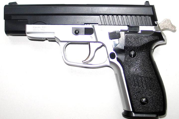 Das Kind hielt die Softairpistole nicht nur aus dem Fenster. Er feuerte die Waffe sogar ab (Symbolbild).