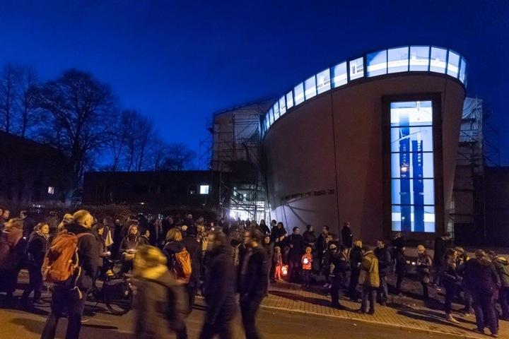 """Gegen 17.30 Uhr startete an der Synagoge der Aufzug """"Lichterwege""""."""