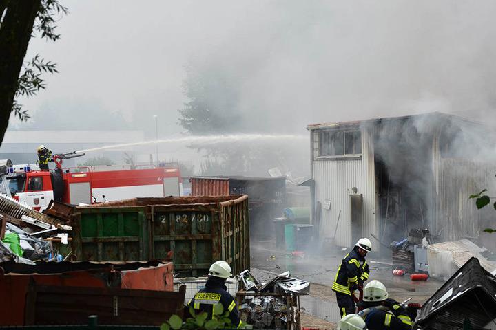 Die Feuerwehr ist noch immer mit der Brandbekämpfung beschäftigt.