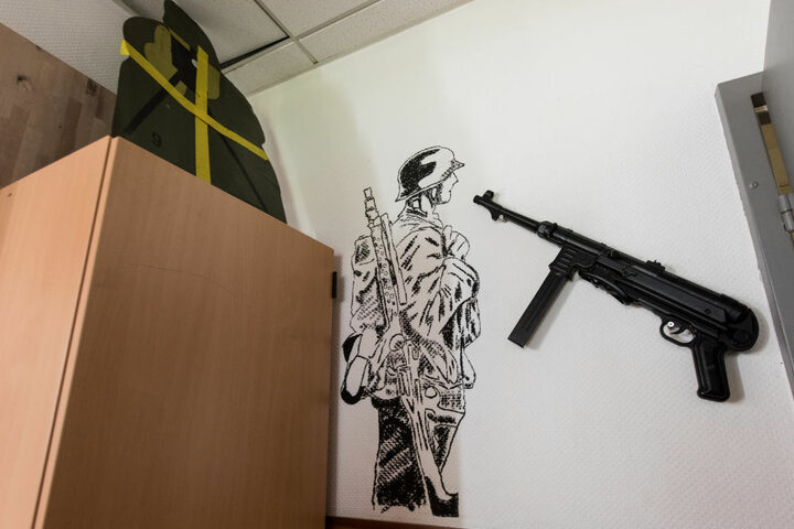 Im Aufenthaltsraum, dem sogenannten Bunker, des Jägerbataillons 291 der Bundeswehr in Illkirch hängt eine Maschinenpistole MP 40 an der Wand.