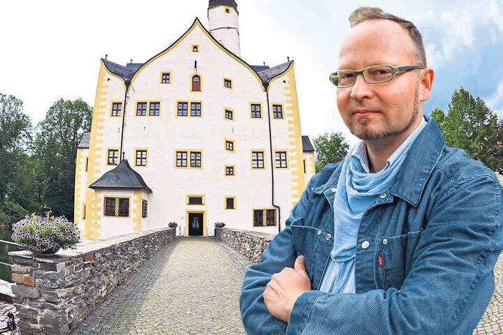 Andreas Wolf-Kather (41, Vosi/ Piraten) ärgert sich über den Zustand. Drinnen ist alles schick: Das Wasserschloss Klaffenbach ist eine beliebte Feierlocation.