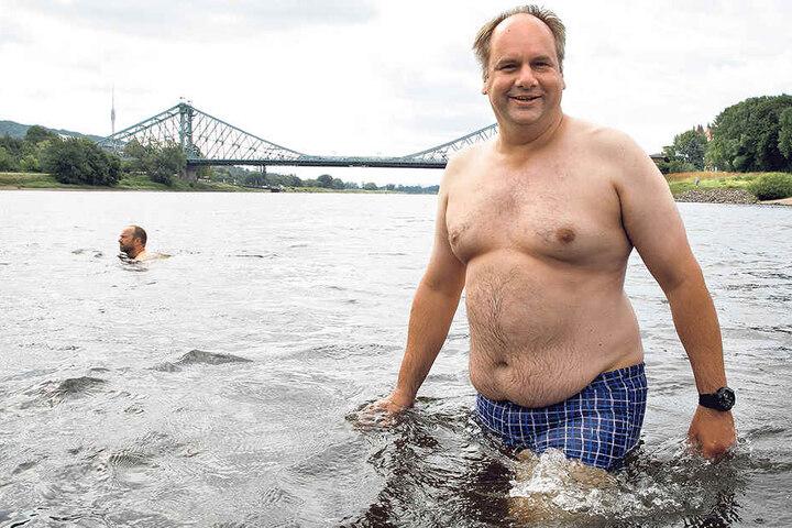 Statt Anzug mal in Badehose: OB Dirk Hilbert (45) schwamm zum ersten Mal beim  Elbe-Schwimmen mit.