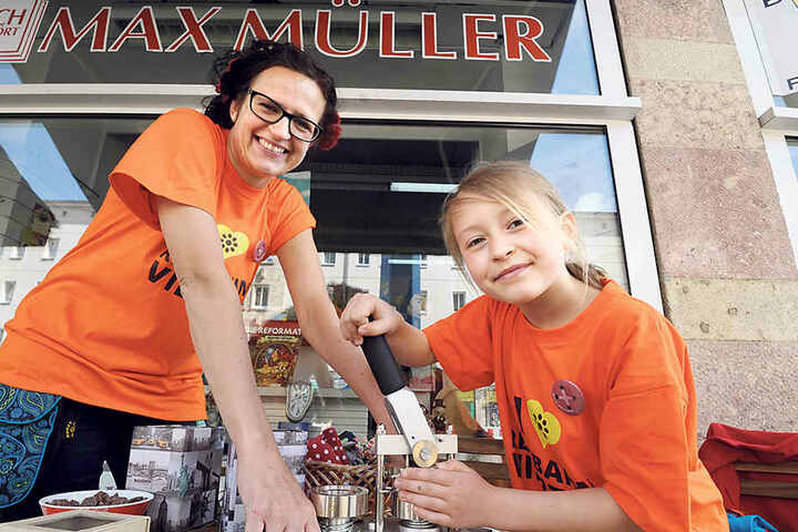 Zeigen, dass man noch da ist: Katrin Günther (38) vom Stadtteil-Management Reitbahnviertel bastelt mit Tochter Anna (8) Buttons.