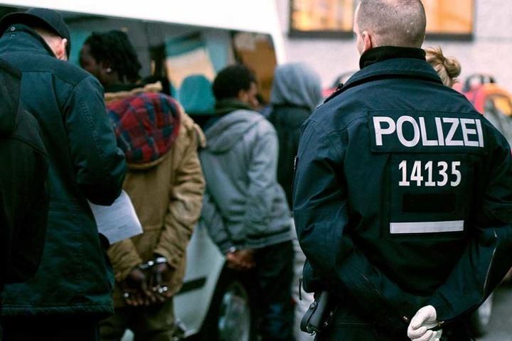 Immer wieder fasst die Polizei bei Razzien Drogendealer, die meisten von ihnen kommen aus Afrika.