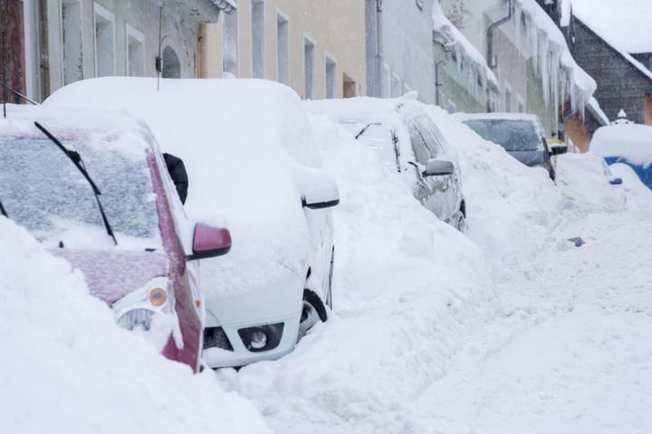 Die Autos in der Großen Sommerleite in Annaberg versinken im Schnee.