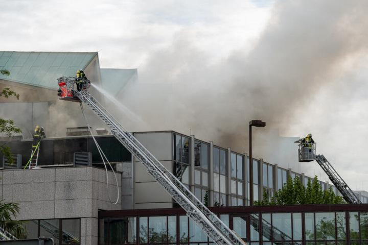 Offenbar brach in der Dachkonstruktion der Rheingoldhalle das Feuer aus.