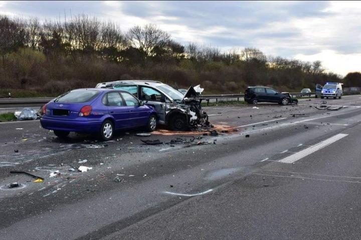 Die A4 war nach dem schweren Unfall bis 10.20 Uhr in Richtung Olpe gesperrt.