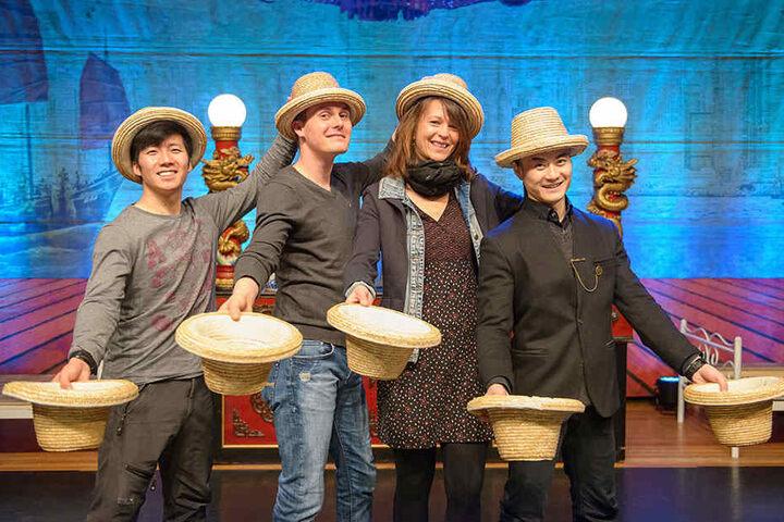 Antje Holzhacker (38, 2.v.r.) und ihr Freund Rayko Kretzschmar (39) durften mit den chinesischen Künstlern jonglieren.