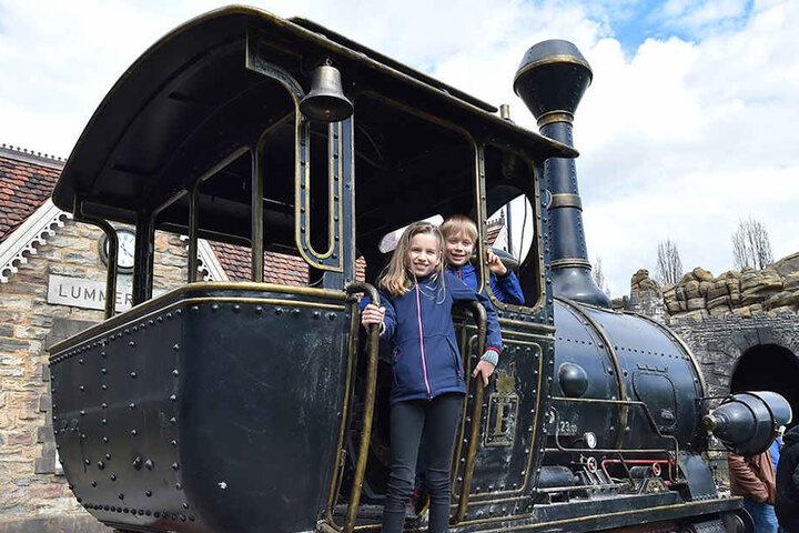 Die 10-jährige Inga und ihr Bruder Joel (9) erkunden das Filmset.