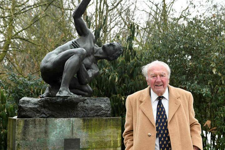 Zwei der Bronzeskulpturen, die sein Vater und Vater als früherer Direktor des Leipziger Zoos gekauft hatte, bleiben im Besitz der Stadt und am Standort im Zoo.
