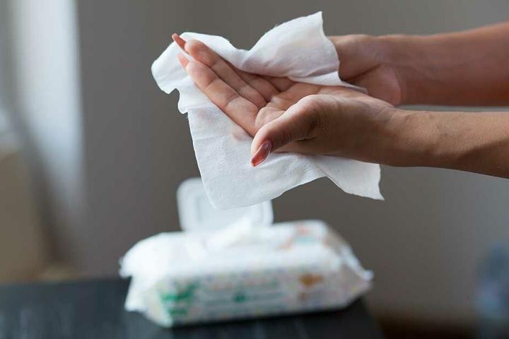 Auch für das schnelle wasserfreie Händewaschen bestens geeignet: Feuchttücher.