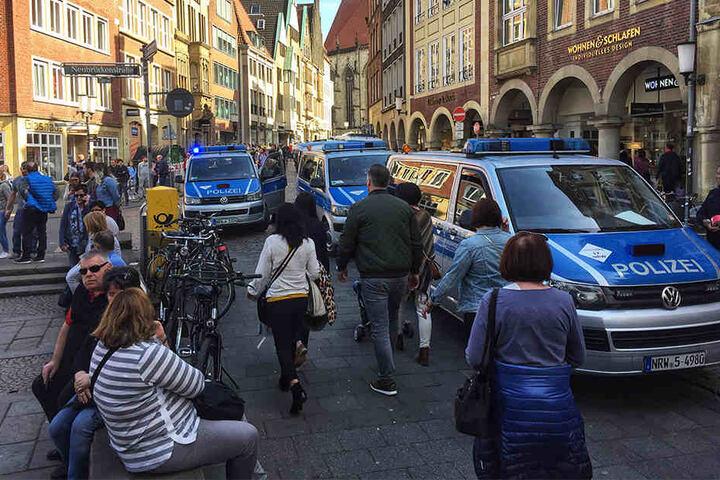 Einsatzfahrzeuge der Polizei stehen in der Innenstadt. In Münster sind am Samstag mehrere Menschen gestorben, als ein Auto in eine Menschenmenge fuhr. Das teilte die Polizei über Twitter mit.